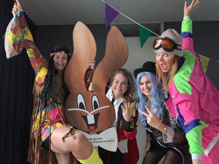 Zandhazen hangen vlag uit voor carnaval